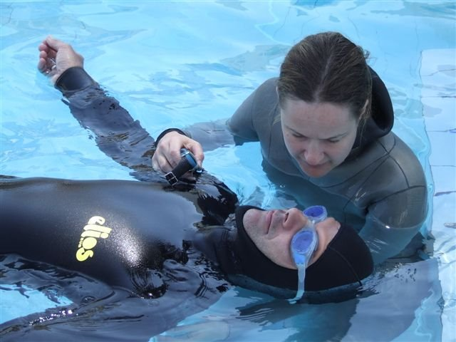 Emma Farrell coaching static apnea in a pool