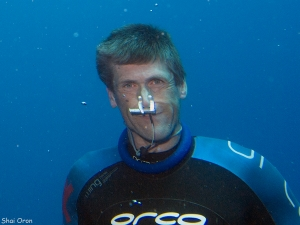 David Kent freediving underwater headshot with trygons nose clip photo by Shai Oron