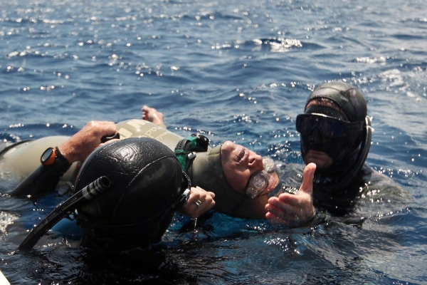 Beginners Guide to Freediving - avoiding black outs and hypoxic fits in freediving - Carolina Schrappe lies unconscious at the surface after suffering a shallow-water blackout