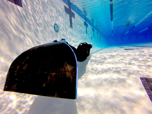 Beginners guide to freediving Using a monofin for Freediving - Freediver training in the pool with a monofin – Photo by Nathan Lucas
