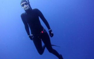 Hektometer goggles review - go freediving - Emma testing the goggles