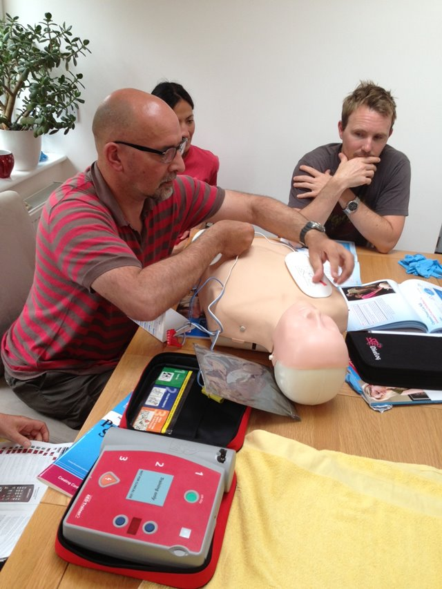 Using an AED on a CPR and First Aid course for freediving
